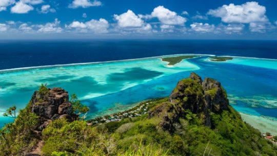 panorama dall'alto di due cime e due isole in lontananza