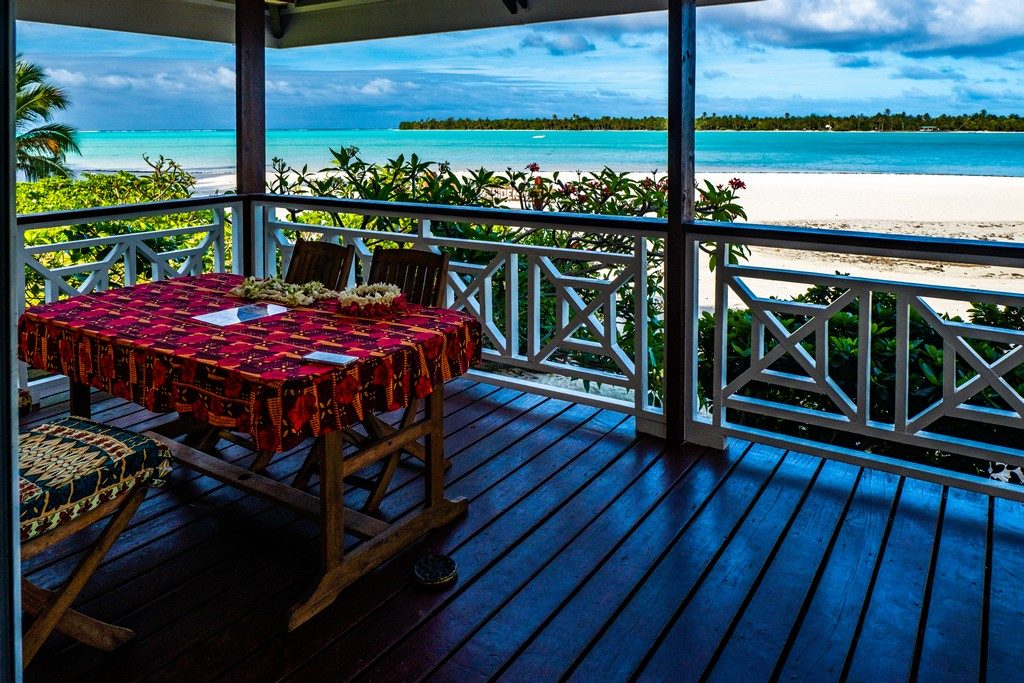 vista mare da terrazzo con tavolo e sedie
