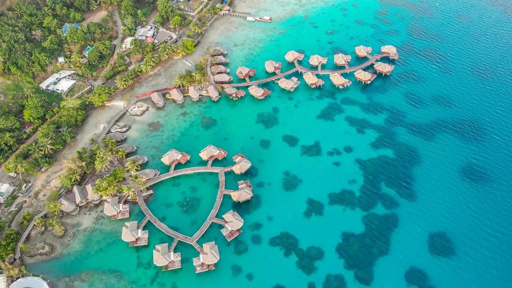 overwater visti dall'alto con laguna turchese