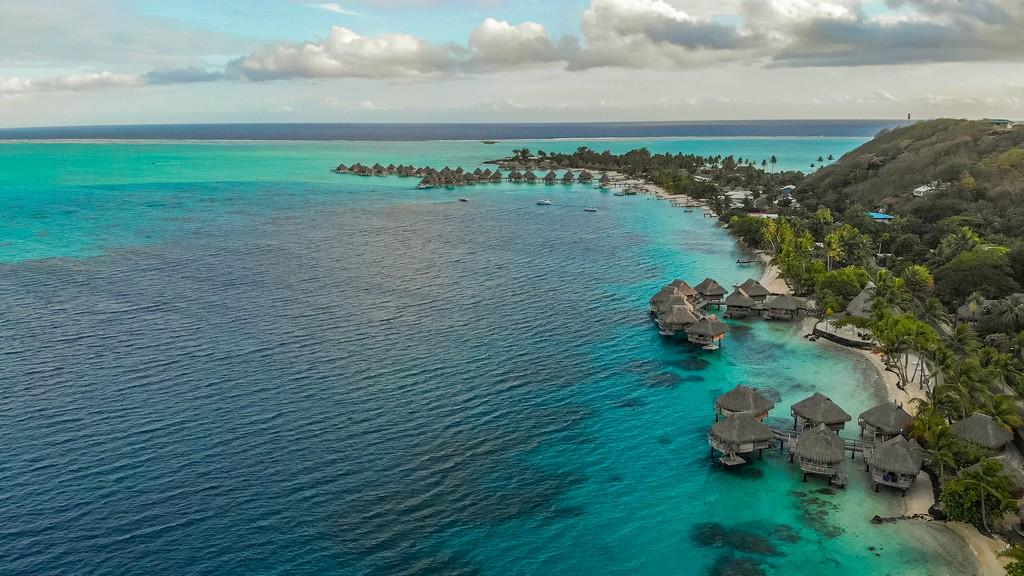 costa con overwater vista dall'alto