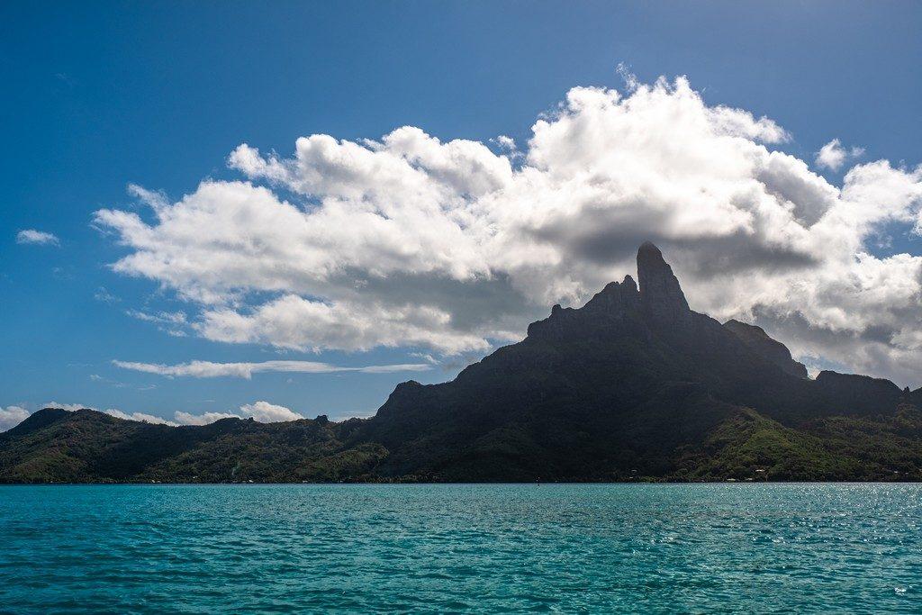 vista dell'isola centrale con cima vulcanica avvolta dalle nubi dal mare