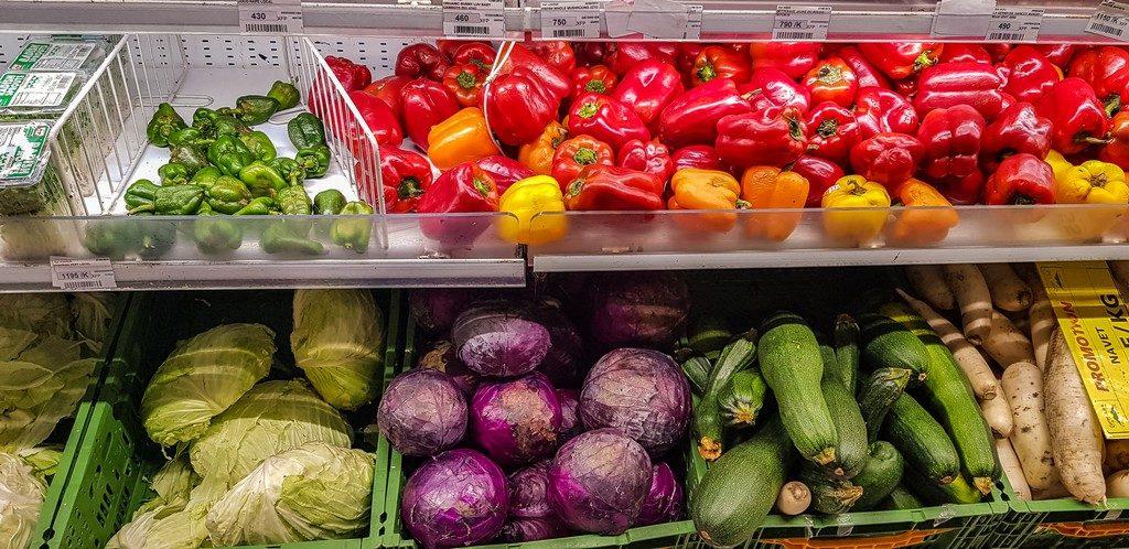 verdura nello scaffale di un supermercato