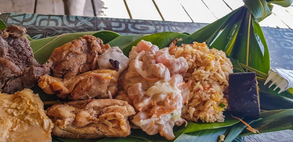 piatto di foglie di palma con cibo