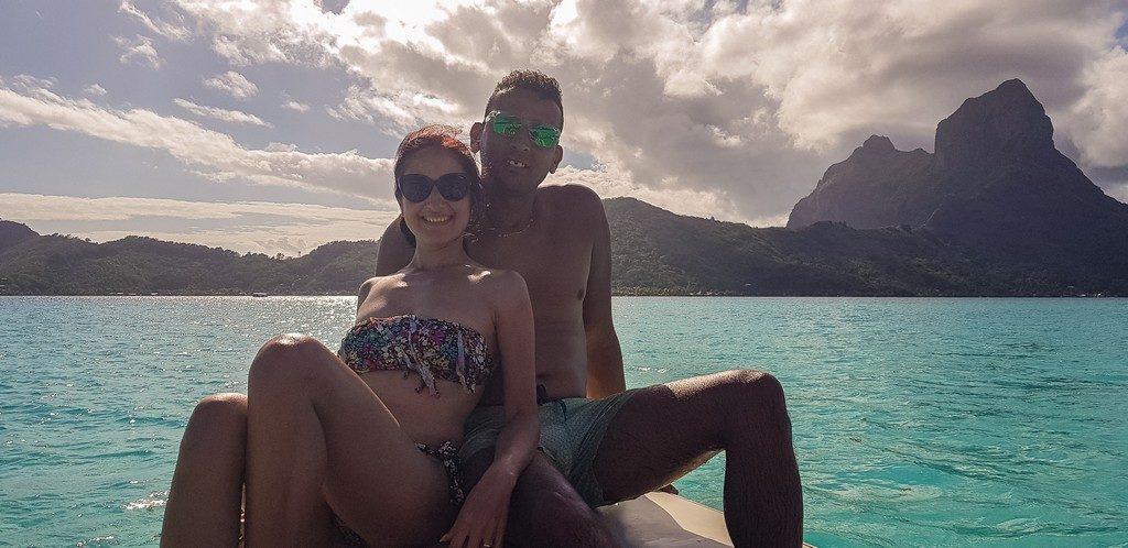 coppia su una barca con lo sfondo di bora bora