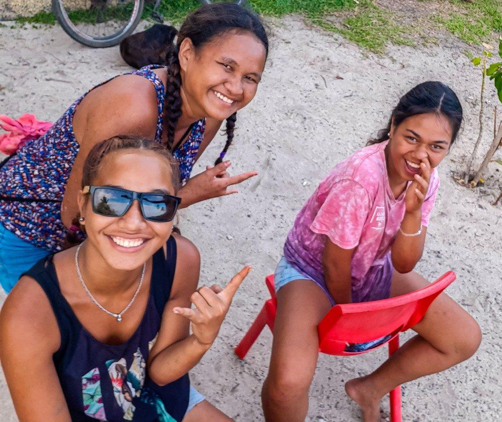 sorrisi di ragazzine locali
