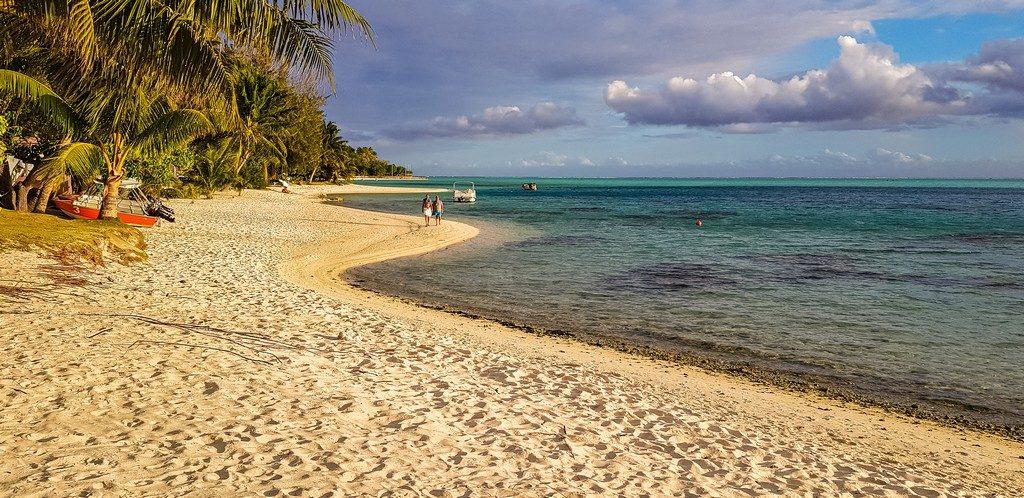 spiaggia di matira al tramonto con sabbia bianca