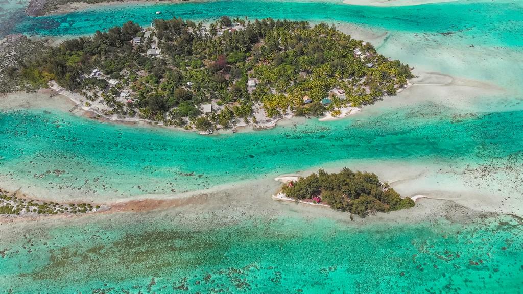 isolotti di palme visti dall'alto con laguna turchese