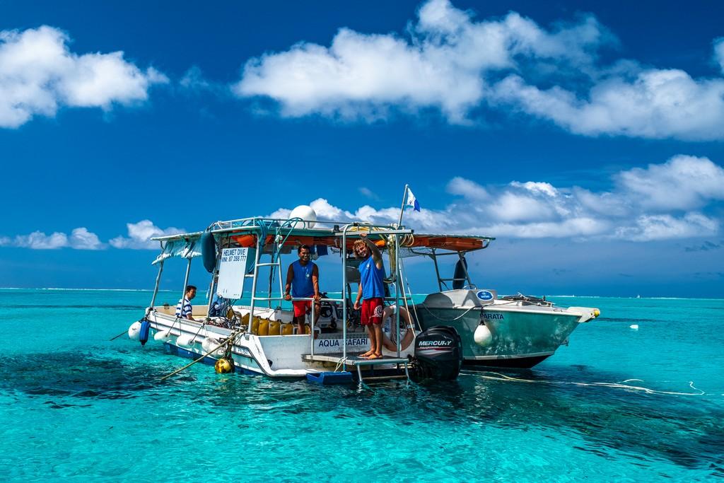 barca ferma in acqua