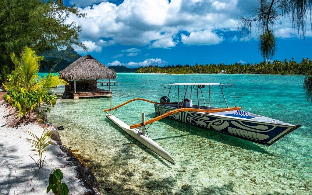 visitare la laguna di Bora Bora barca a bilaciere a lato della spiaggia