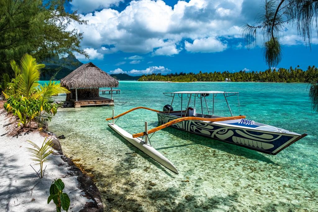 barca a bilaciere a lato della spiaggia