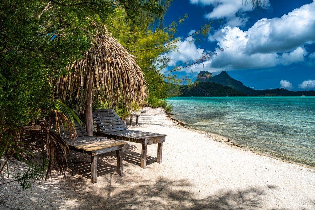 lettini di legno su spiaggia