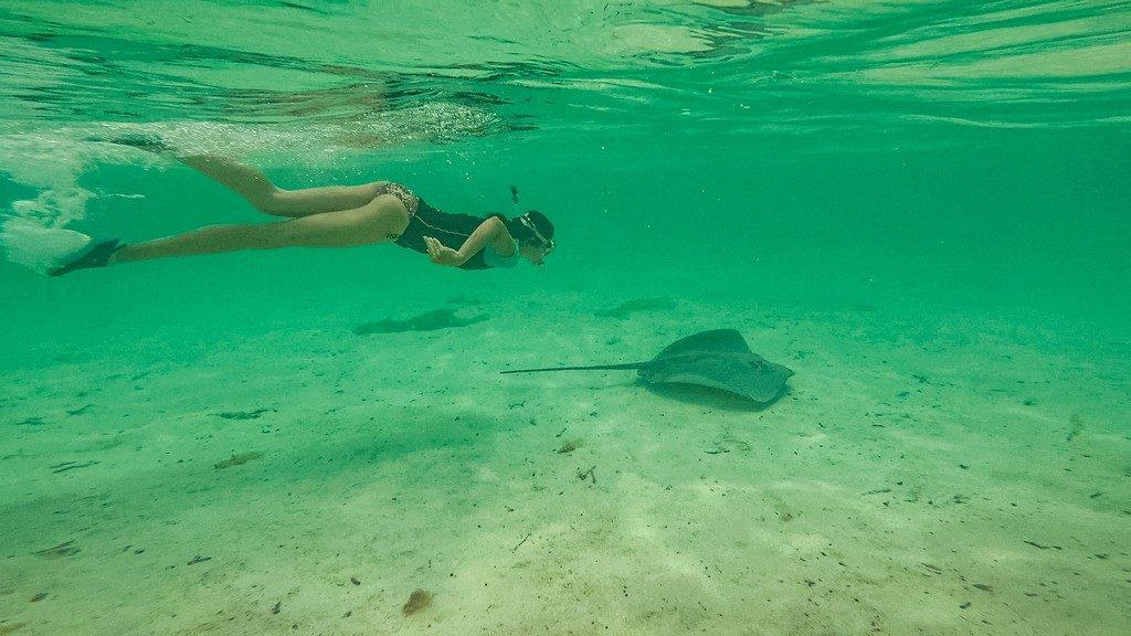 donna con razza in acqua