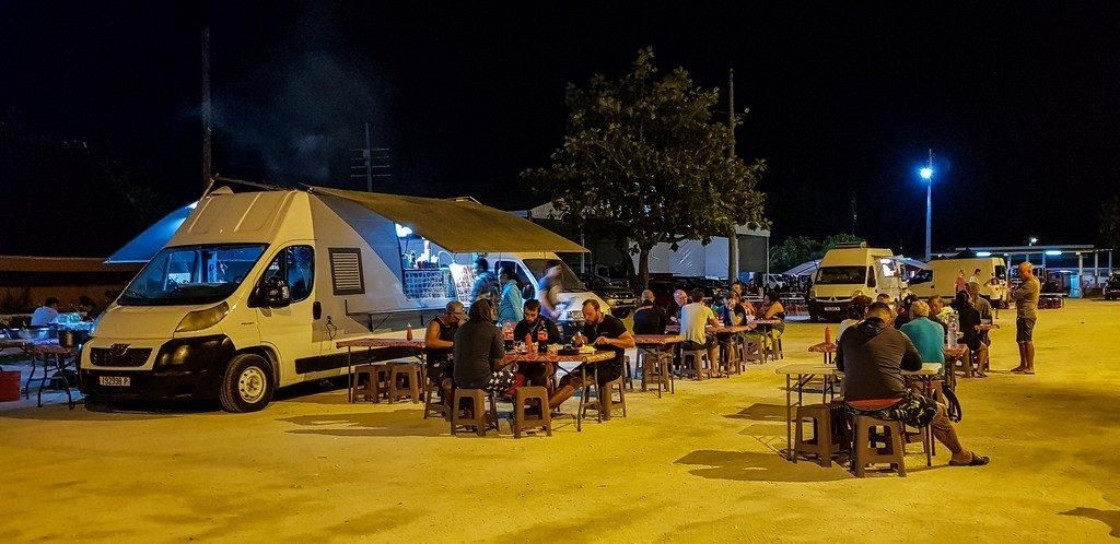 Polinesia low cost roulotte sulla piazza centrale di Vaitape