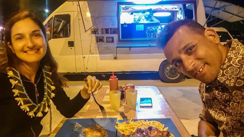 coppia cena alle roulotte con pesce e patate fritte