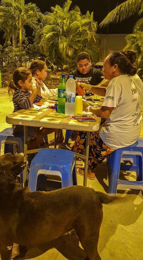 famiglia cena alle roulotte