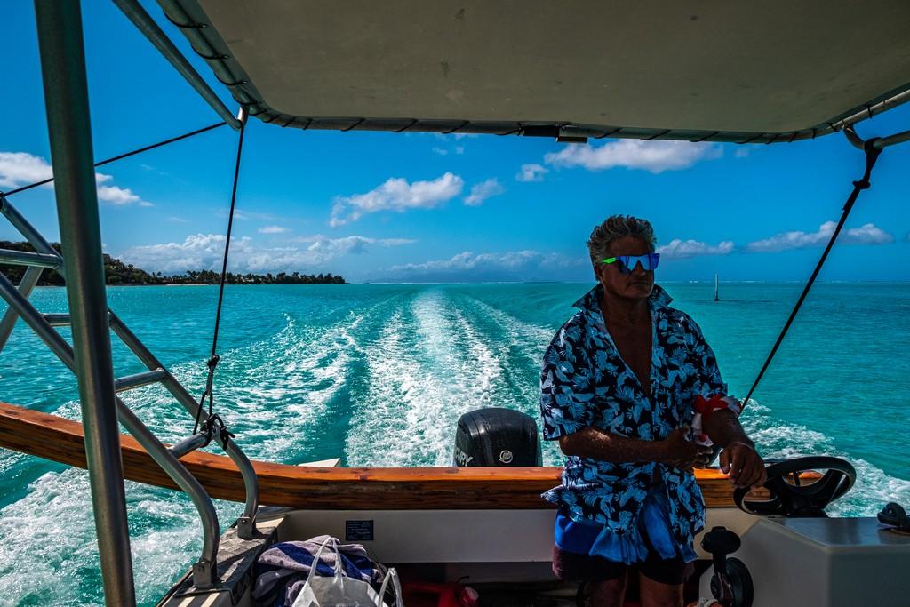 Visitare la laguna di Bora Bora capitano che guida la sua nave