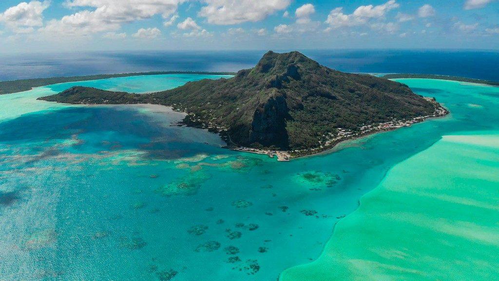 Maldive o Polinesia Francese vista aerea isola centrale