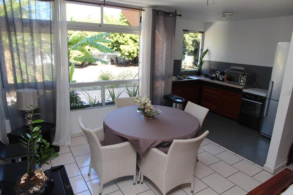 interno con tavolo sedie e cucina