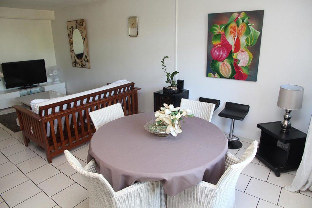 interno salotto con divano tavolo e sedie