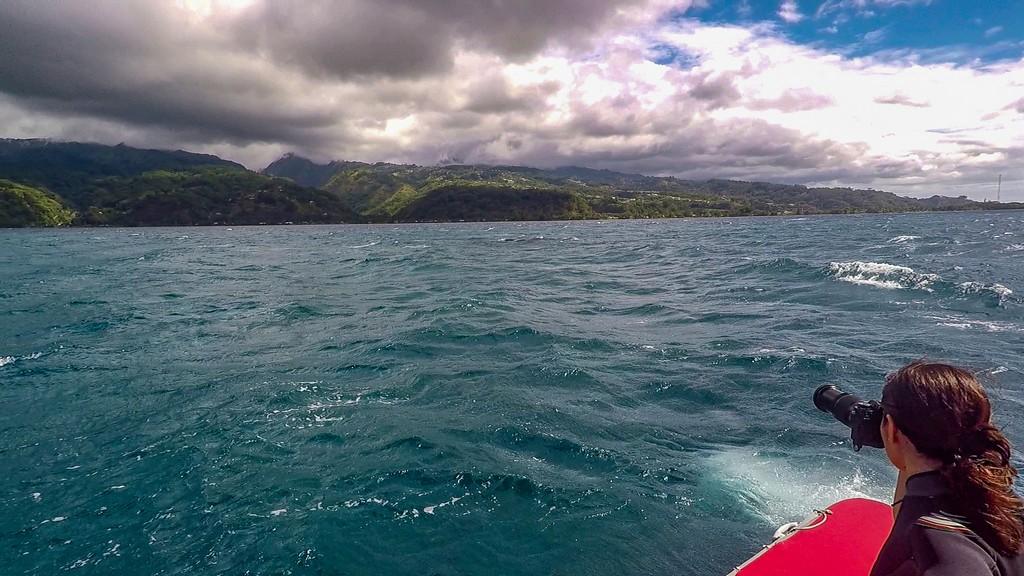 persona guarda il mare dall'obiettivo di una fotocamera