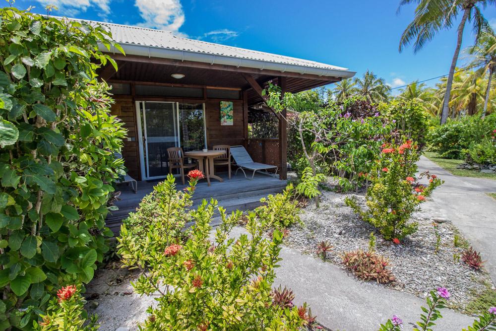tavolo e sedie in terrazza con vista giardino tropicale