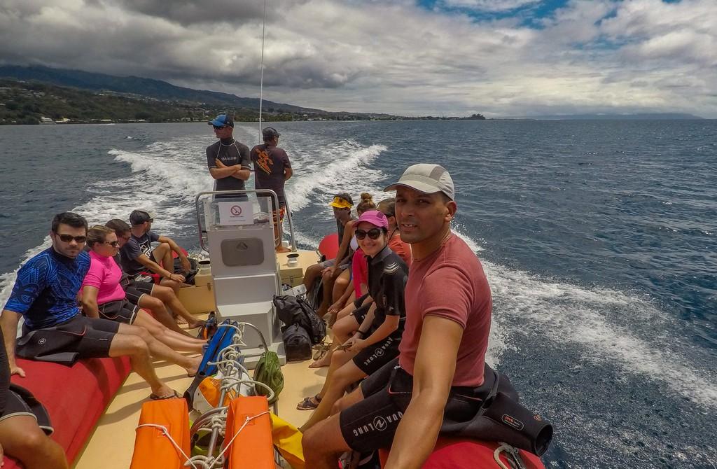 persone su un gommone per un'uscita di osservazione balene a Tahiti