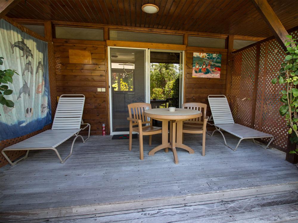 terrazza con tavolo e sedie e sdraio