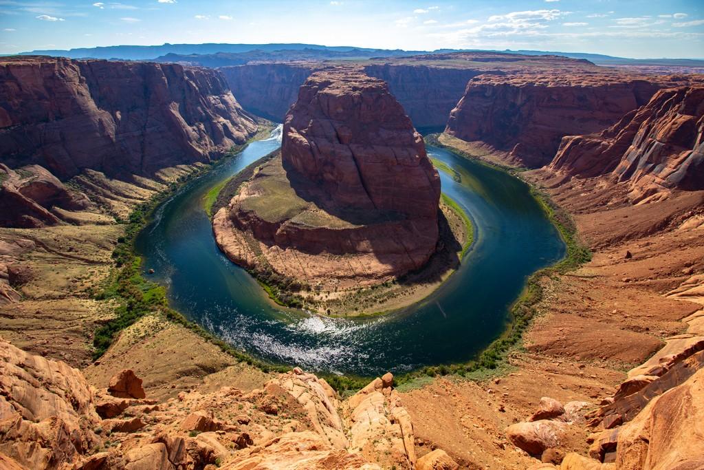 fiume forma ansa rocciosa