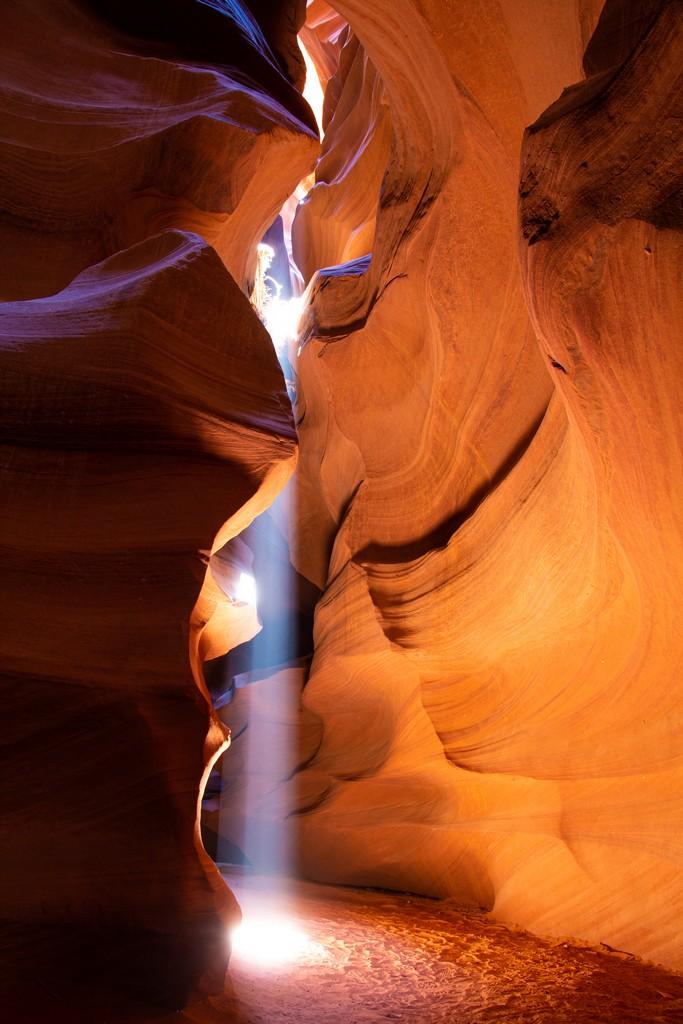 rocce di diversi colori e forme con fascio di luce
