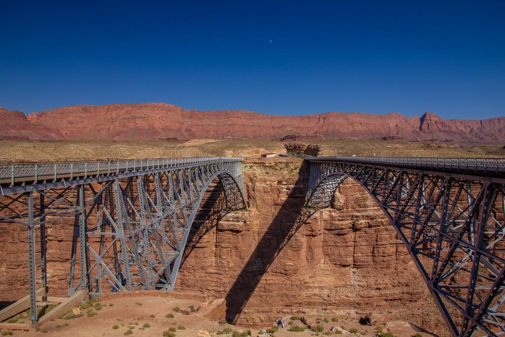 doppio ponte su un fiume con montagne sul fondo