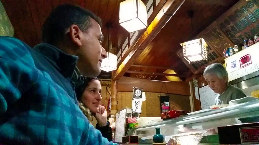 coppia in un piccolo ristorante di sushi