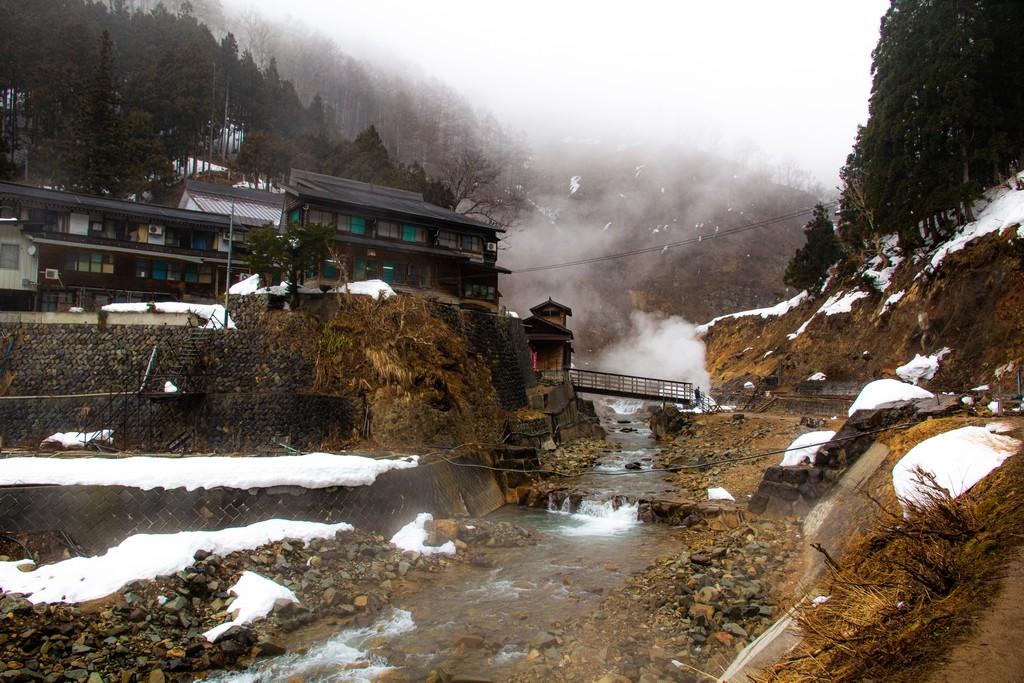 fiume con vapori e una casa