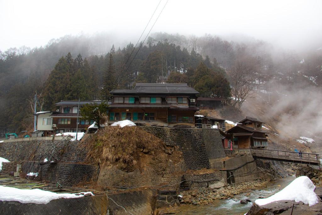 casa tradizionale sulla montagna in mezzo alla nebbia