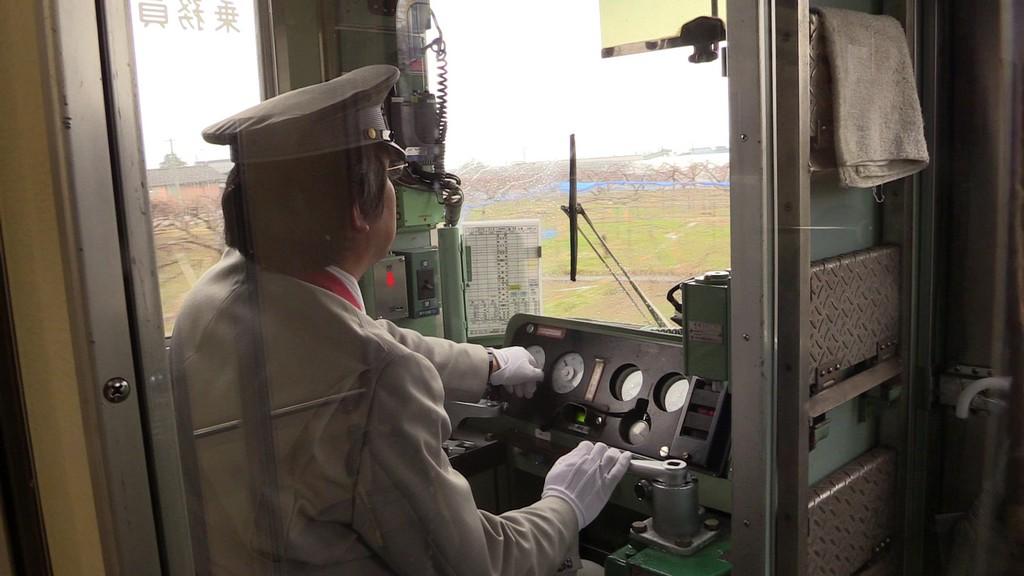 macchinista di un treno al lavoro