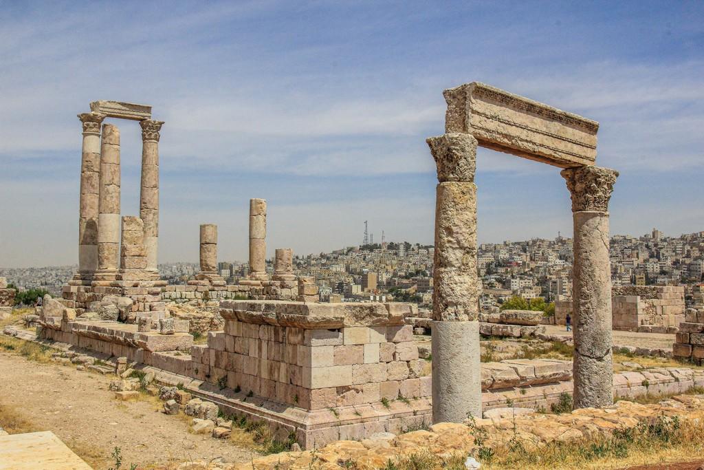 resti archeologici con città moderna sullo sfondo