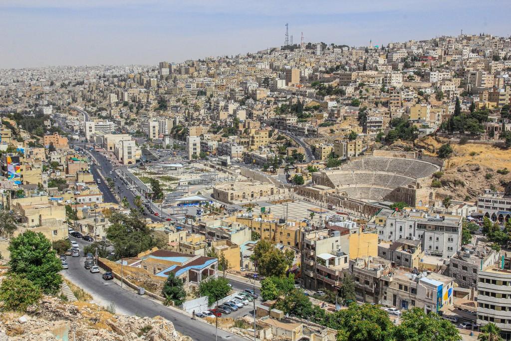 città moderna con anfiteatro antico