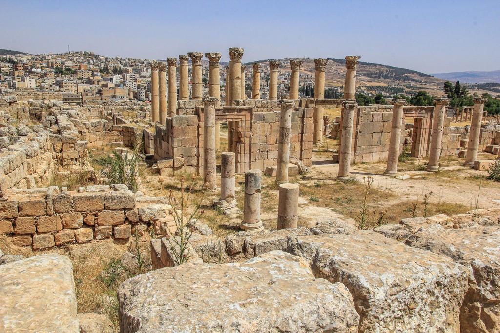 colonne dell'antica città romana con città moderna sullo sfondo
