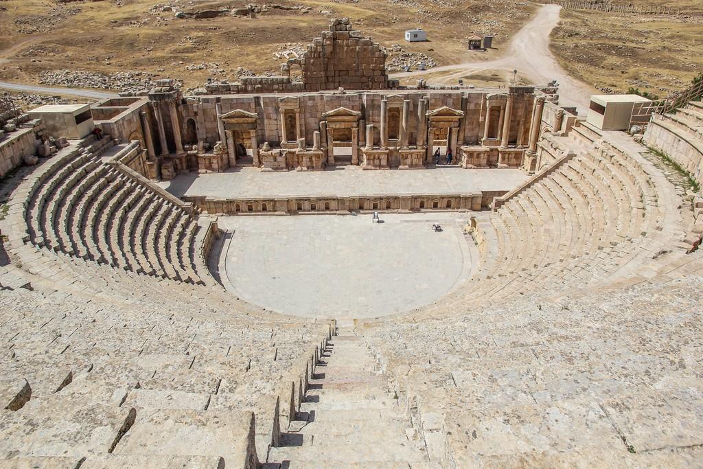 vista grandangolare del teatro antico ben conservato