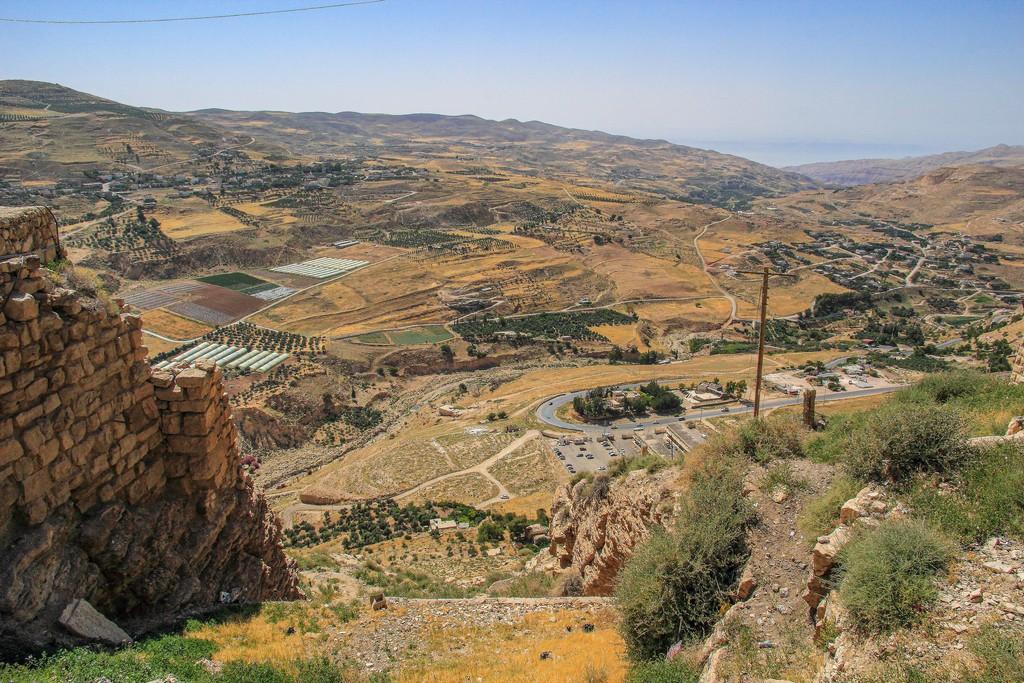 vista della vallata dalla collina del castello