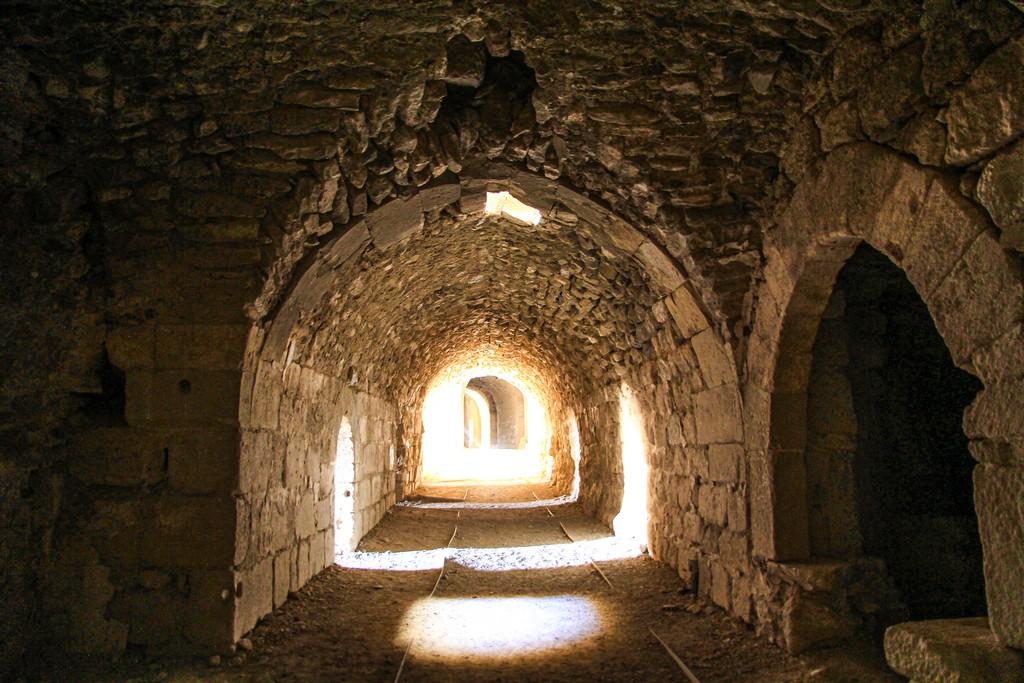antichi cunicoli del castello illuminati dal sole