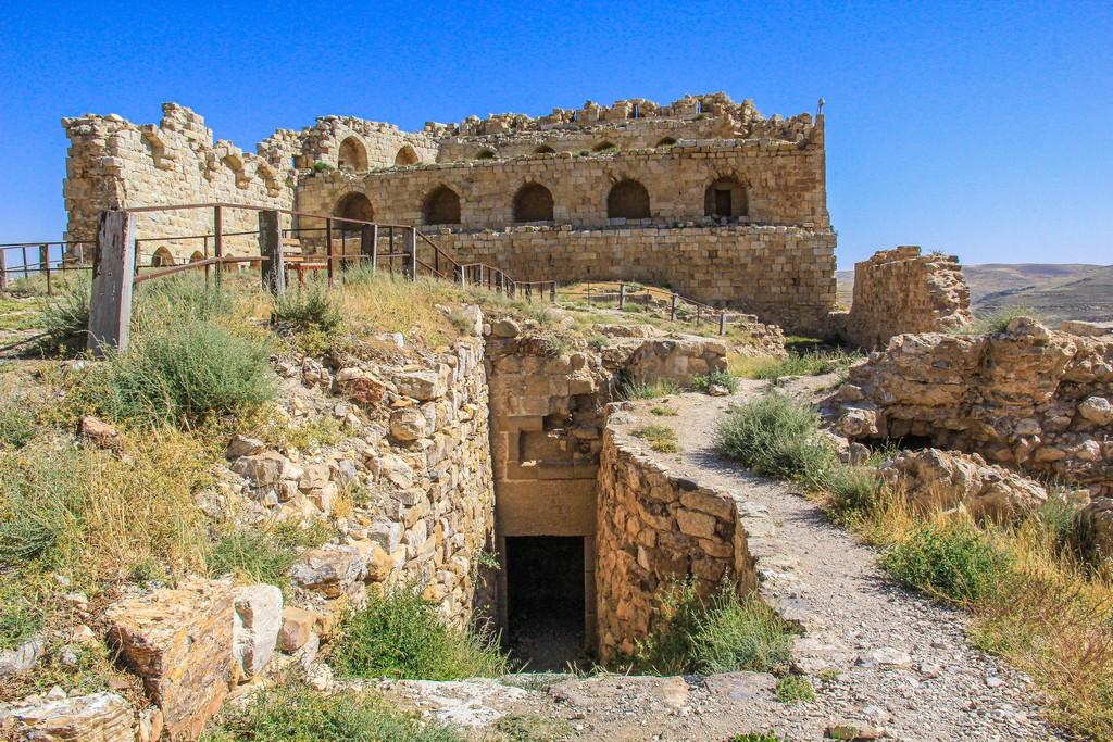 resti del castello con ingresso nei sotterranei