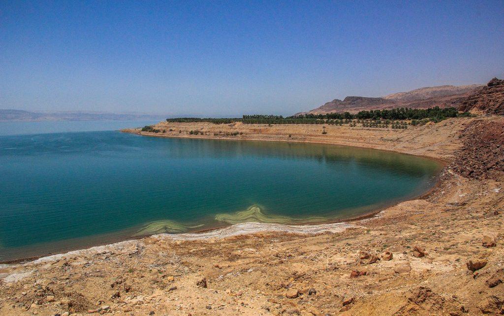 costa del mar morto con formazioni saline