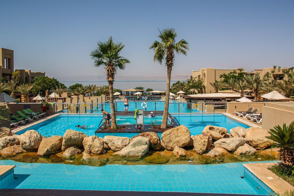 piscine di un resort con palme di fronte al mar morto