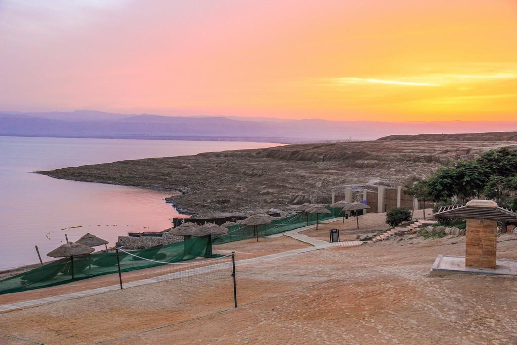 tramonto colorato sulla costa del mar morto