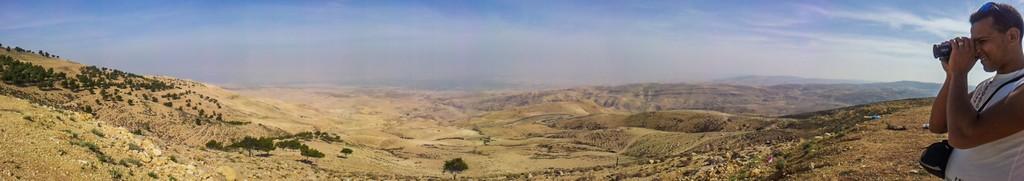 Visita al Monte Nebo panoramica della valle con uomo che filma con una videocamera