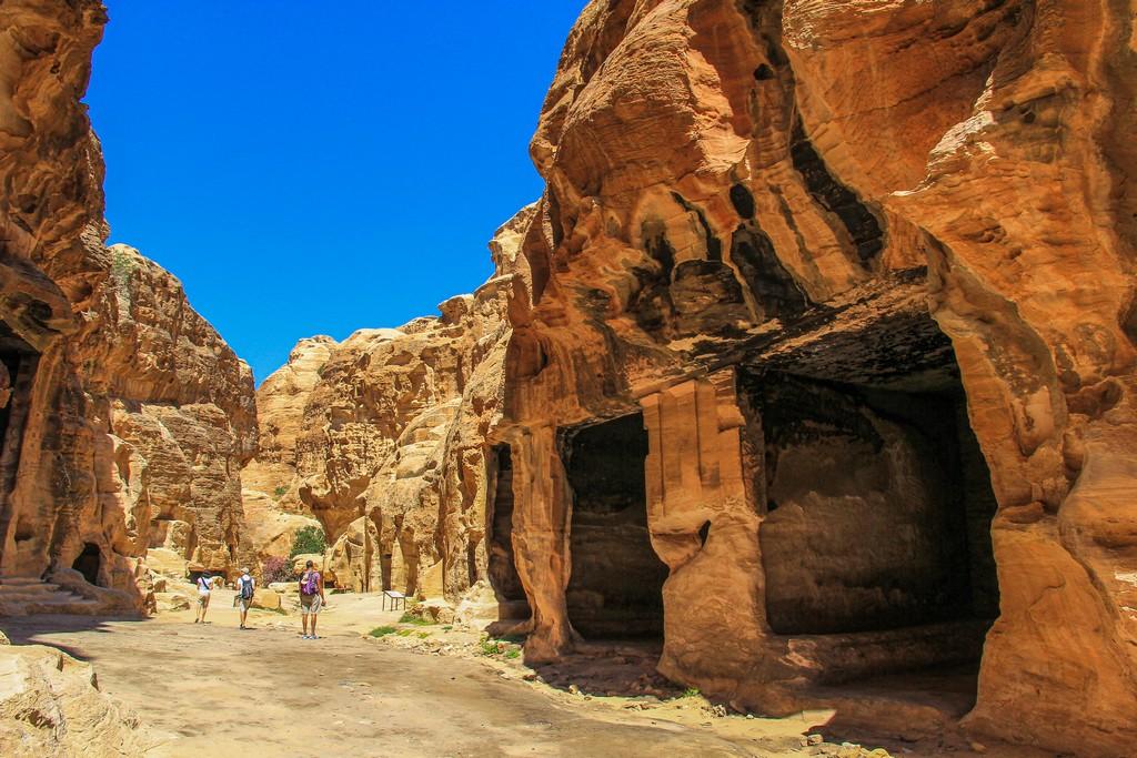 aperture nella roccia scavate dentro il canyon