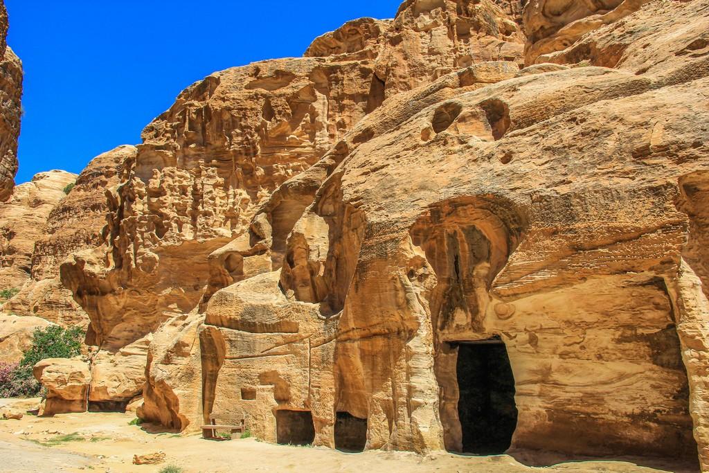 aperture scavate nella roccia dentro il canyon