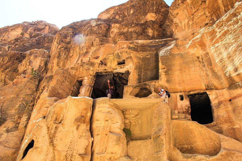 vista delle camere al piano di sopra della parete di roccia