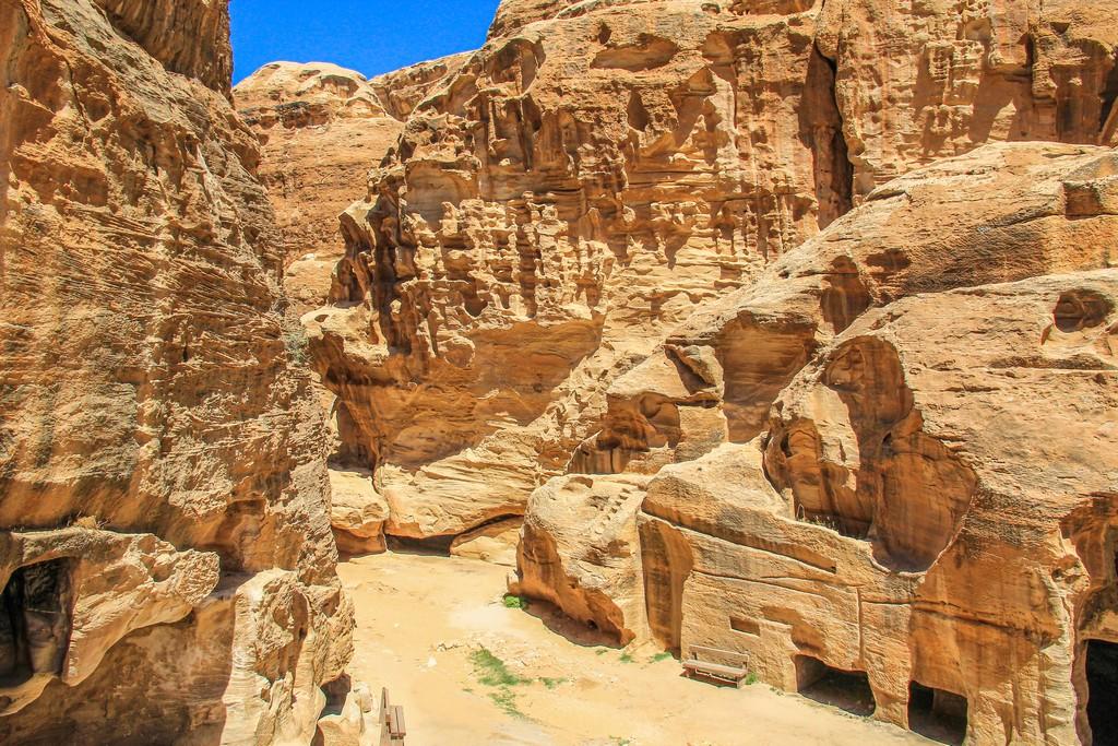 vista del canyon dall'alto con le aperture delle case
