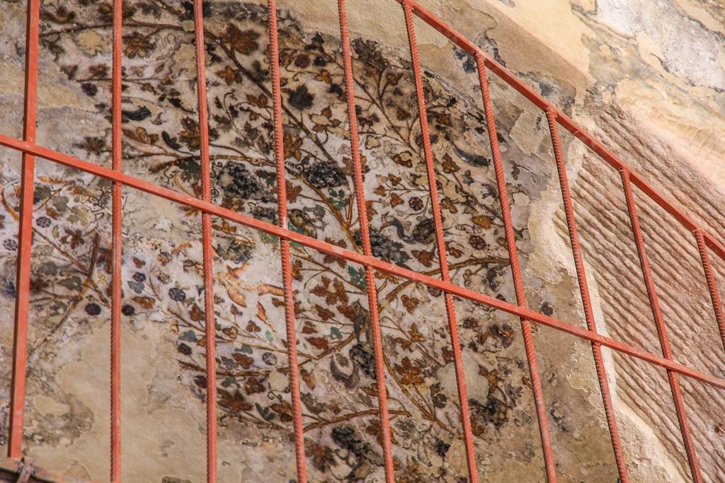 pitture nabatee conservate dietro una grata